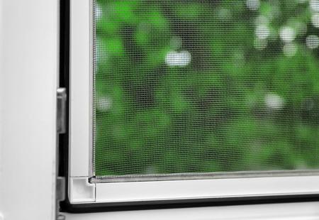 Ventana con mosquitera en el interior Foto de archivo
