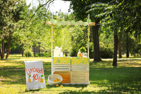 Wooden lemonade stand in park Banque d'images