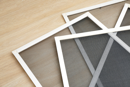 Moskitiery okienne na podłodze