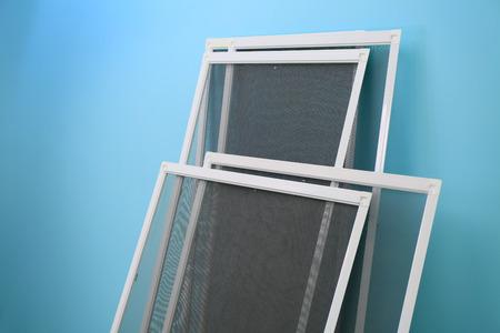 Moskitiery okienne na kolorowym tle