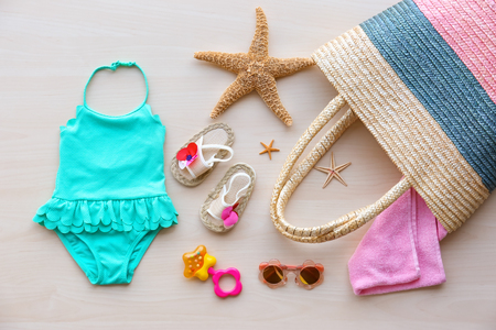 Summer accessories on wooden background. Holiday concept 免版税图像
