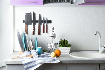 Küchentheke mit Keramikplattenset Standard-Bild