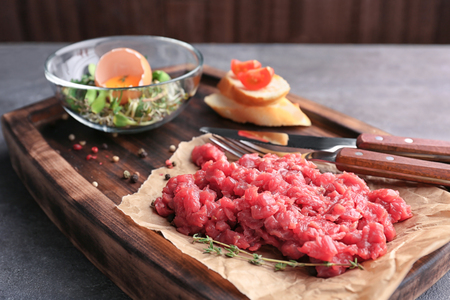 Delicious steak tartare on wooden board Banque d'images