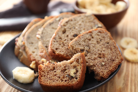 Sliced banana bread with nuts on plate 版權商用圖片