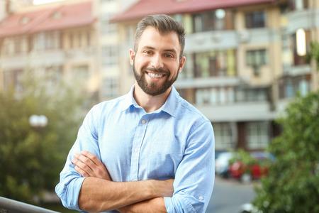 Knappe man in vrijetijdskleding buitenshuis