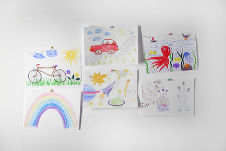 Colorful children's drawings on white background Foto de archivo - 111090980