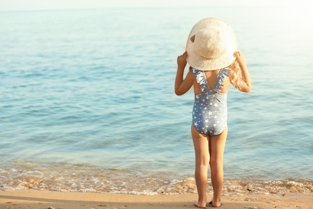 Cute little girl on sea beach Stockfoto