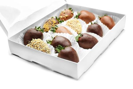 Scatola con gustose fragole ricoperte di cioccolato su sfondo bianco