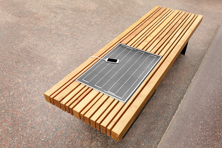 Mobile phone charging on bench with solar panel Banque d'images - 111286129