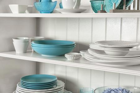 Soporte de almacenamiento blanco con vajilla en la cocina