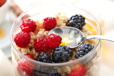 Tasty oatmeal with berries in jar on table, close up Banque d'images