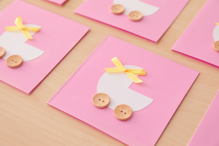 Baby shower thank you cards on wooden background Banque d'images - 112844910