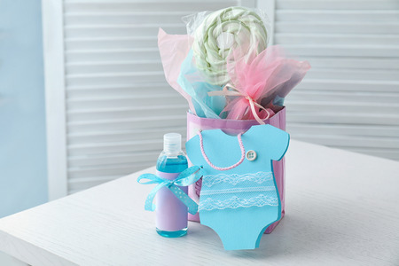 Baby shower gifts on table Banque d'images - 113505547