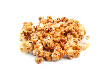 Popcorn al caramello su sfondo bianco