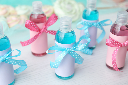 Baby shower gifts on table Banque d'images - 113676874