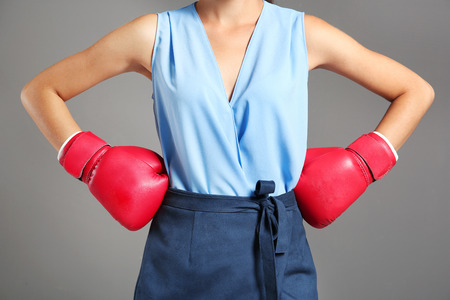 Businesswoman in boxing gloves on grey background Stock fotó - 112858378