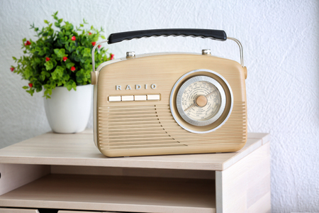 Retro radio on table in room Stockfoto