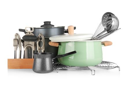 Différents ustensiles de cuisine sur fond blanc