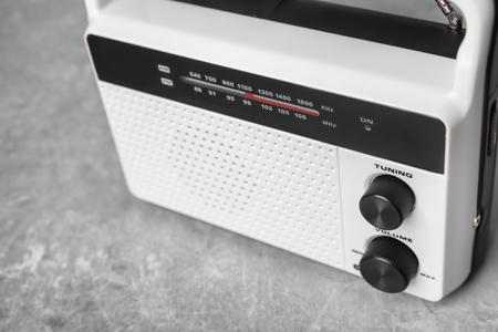 Radio retrò sul tavolo, primo piano Archivio Fotografico