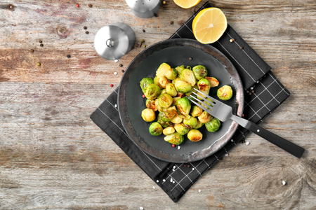 Plate with roasted brussel sprouts on table Banque d'images