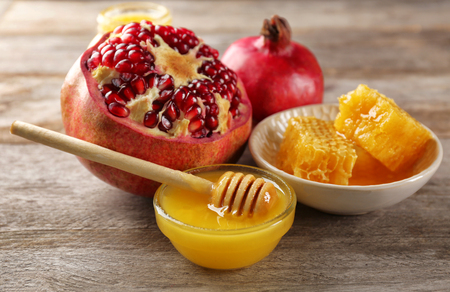 Composition with honey and fruit on wooden background 版權商用圖片