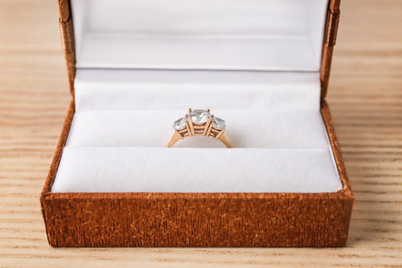Beautiful engagement ring in box on table Foto de archivo