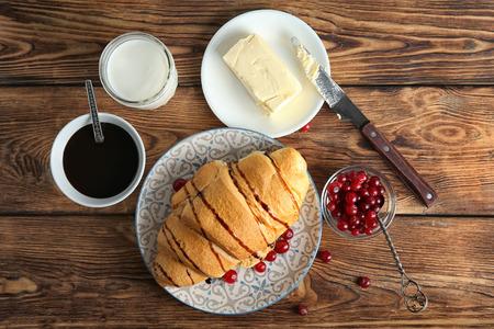 Composition avec un délicieux croissant frais sur une table en bois Banque d'images
