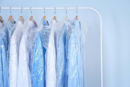 Schone overhemden hangen aan rek in de was