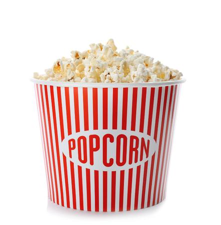 Tazza con popcorn su sfondo bianco