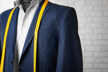 Halbfertiger Anzug auf Schaufensterpuppe im Innenbereich, Nahaufnahme