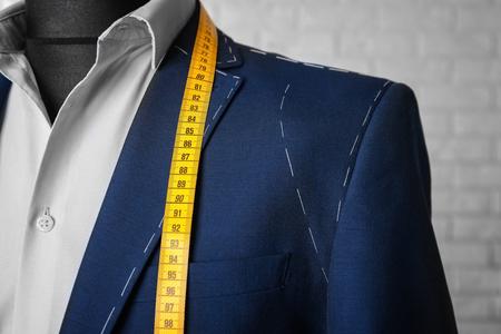 Półgotowy garnitur na manekinie w pomieszczeniu, zbliżenie
