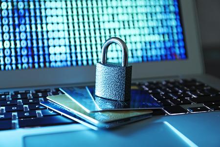 Creditcards en slot op laptop toetsenbord, close-up Stockfoto