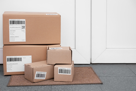 Zugestellte Pakete auf dem Boden in der Nähe der Haustür