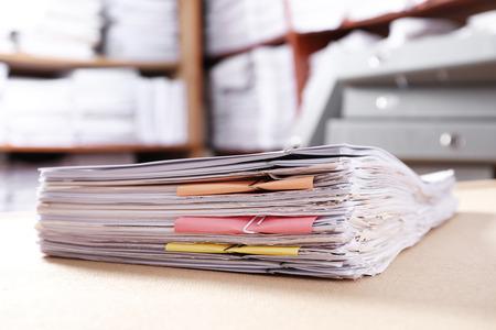 Pila di vecchi documenti cartacei sul tavolo in archivio Archivio Fotografico