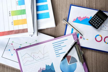 Dokumente mit Grafiken und Diagrammen auf dem Tisch