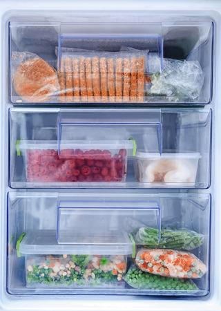 Diferentes productos en frigorífico congelador.