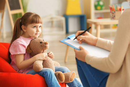 Jolie petite fille au bureau du psychologue pour enfants