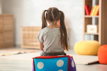 Niña solitaria en casa. Concepto de autismo Foto de archivo