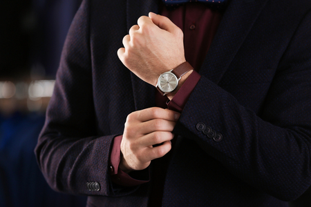 Young man in elegant suit on blurred background Banque d'images - 112549253