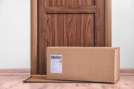 Cassetta dei pacchi al piano vicino alla porta Archivio Fotografico