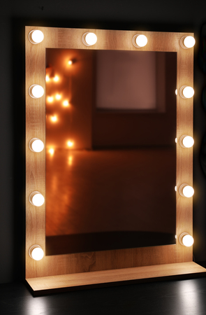 Mirror with lamps in modern makeup room 写真素材 - 112618311