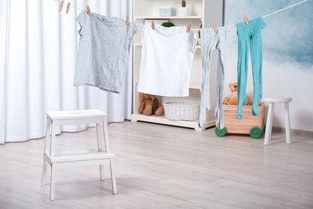 Wäsche hängt drinnen an der Wäscheleine