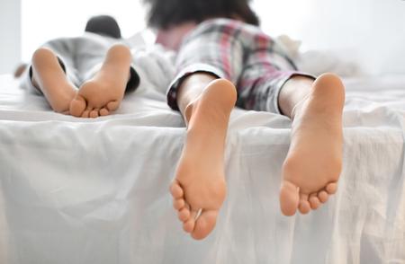 Lindos niños afroamericanos acostado en la cama. Hora de dormir en familia