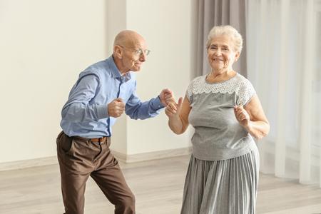 Leuk bejaarde echtpaar dat thuis danst