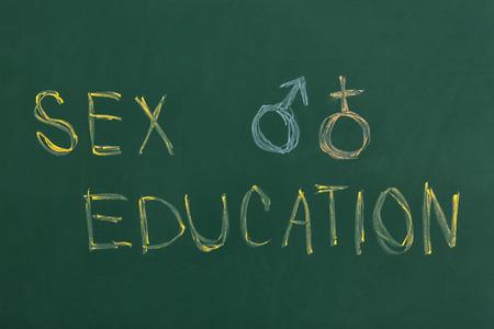 """Pizarra con frase """"Educación sexual"""". Fundamentos de estudio Foto de archivo"""