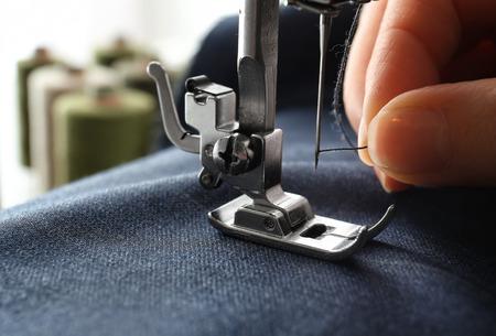 Mujer, utilizar, máquina de coser, primer plano