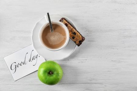 """Samenstelling met smakelijk ontbijt en """"Goedendag"""" wens op tafel, bovenaanzicht"""