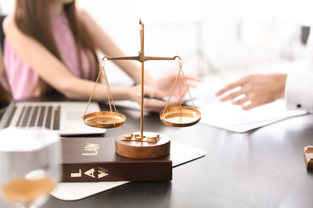 Scales of justice on table in lawyer's office Stockfoto