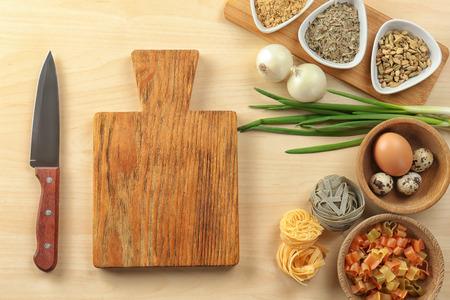 Planche de bois et produits sur fond clair. Master classes de cuisine Banque d'images
