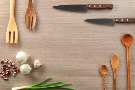 Ustensiles et produits de cuisine sur fond clair. Master classes de cuisine